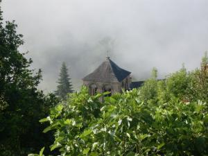 Le bourg dans le brouillard